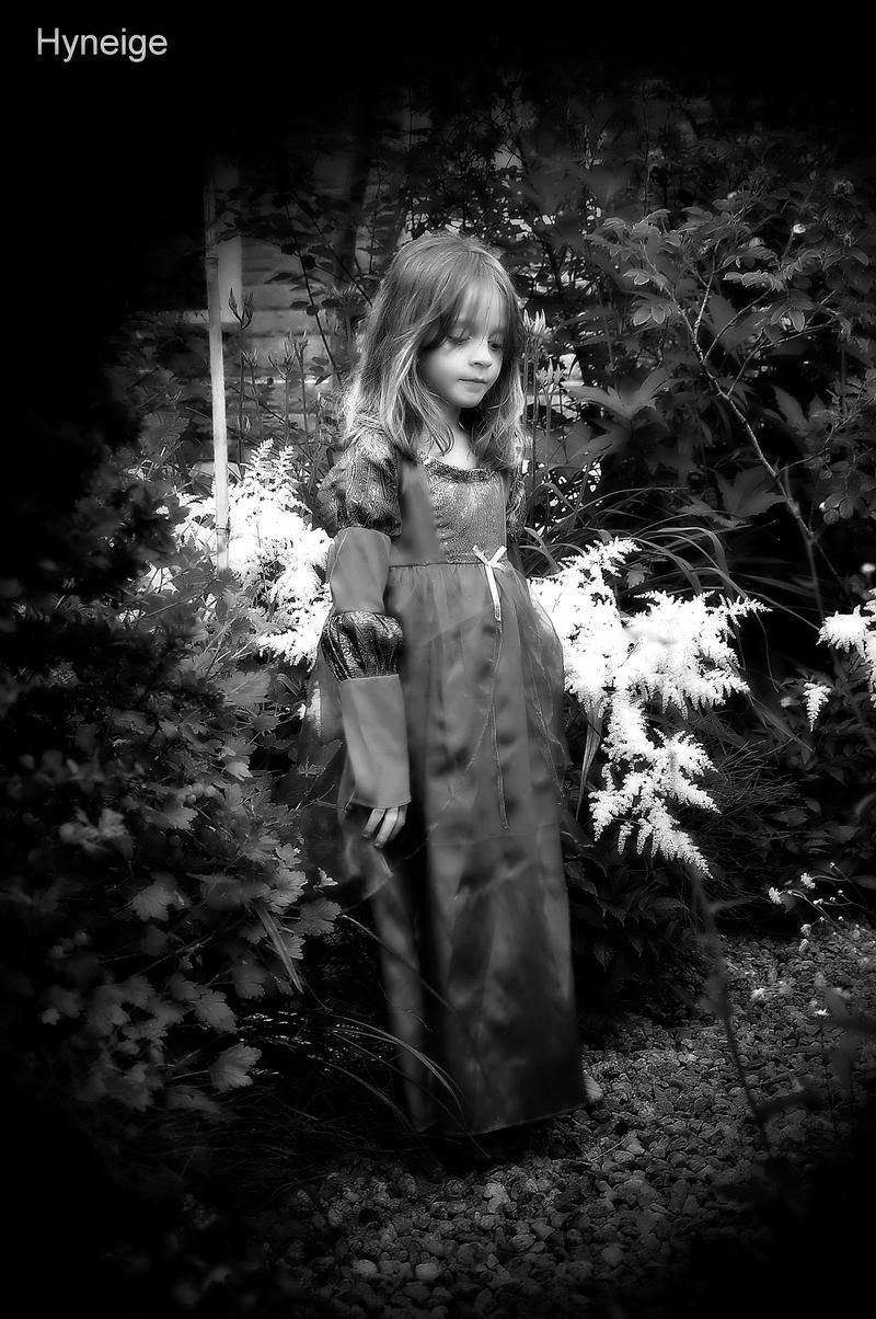 Princesse au Jardin IV by hyneige