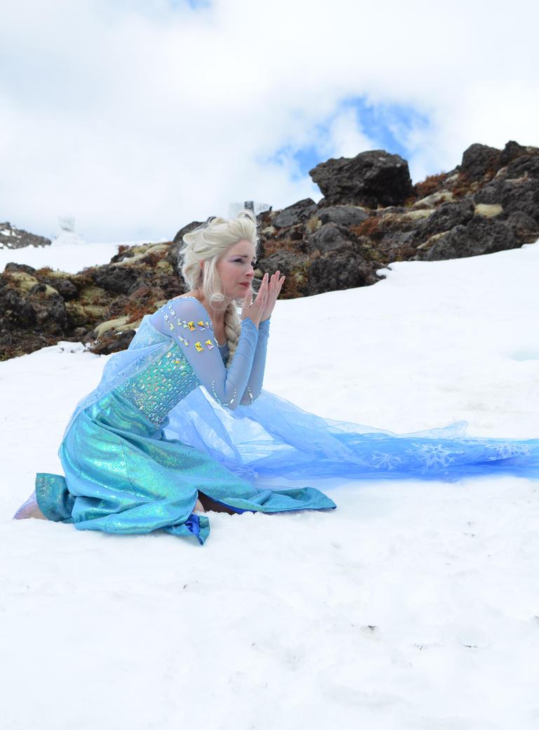 Elsa in the snow by glittersweet