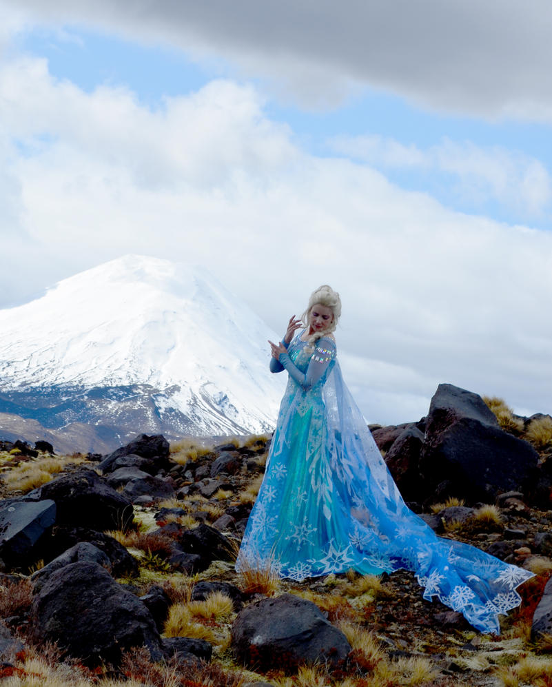 Elsa in the mountains by glittersweet
