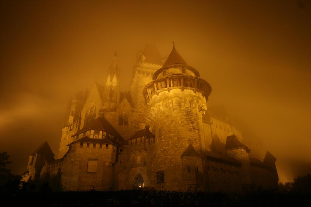 Burg Kreuzenstein by Enlothien