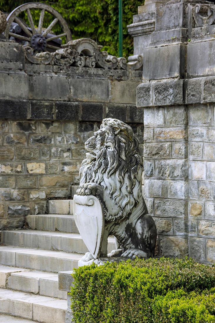 Peles Garden Lion Statue By Lapis Lazuri ...