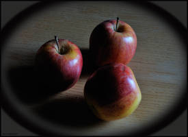 3 apples lived one having . by mic-ardant