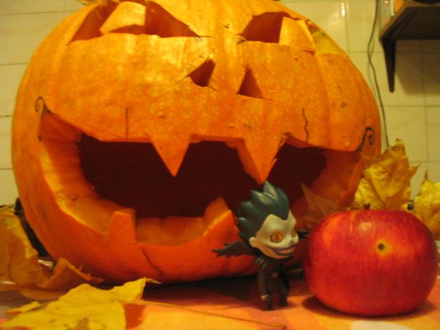 Ryuk pumpkin and just Ryuk by lizathehedgehog