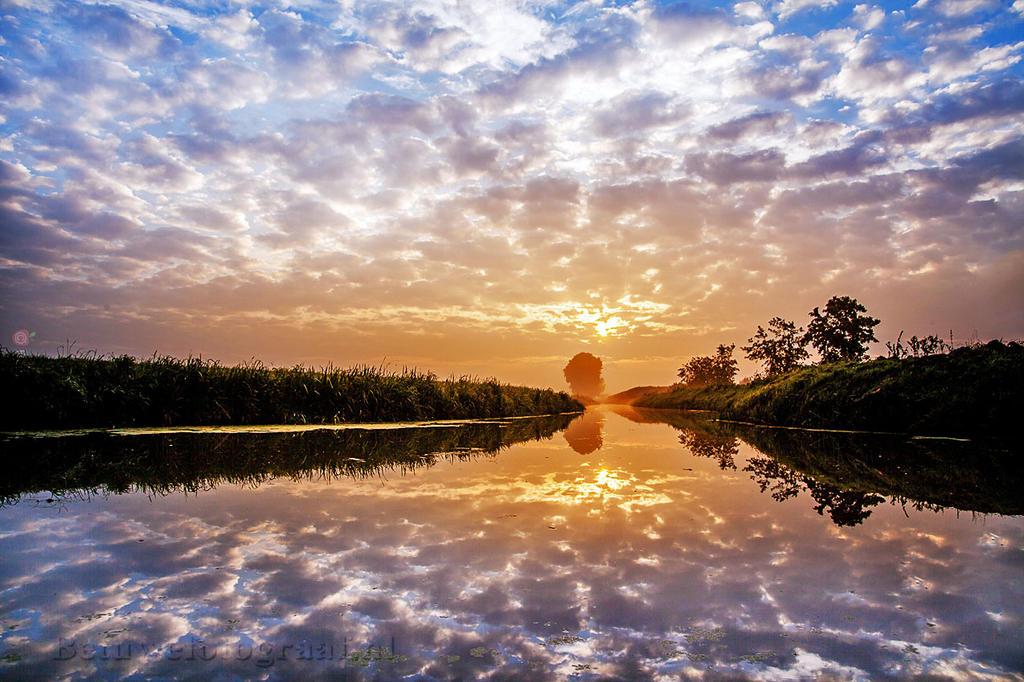 clouds in the Mirror by Betuwefotograaf