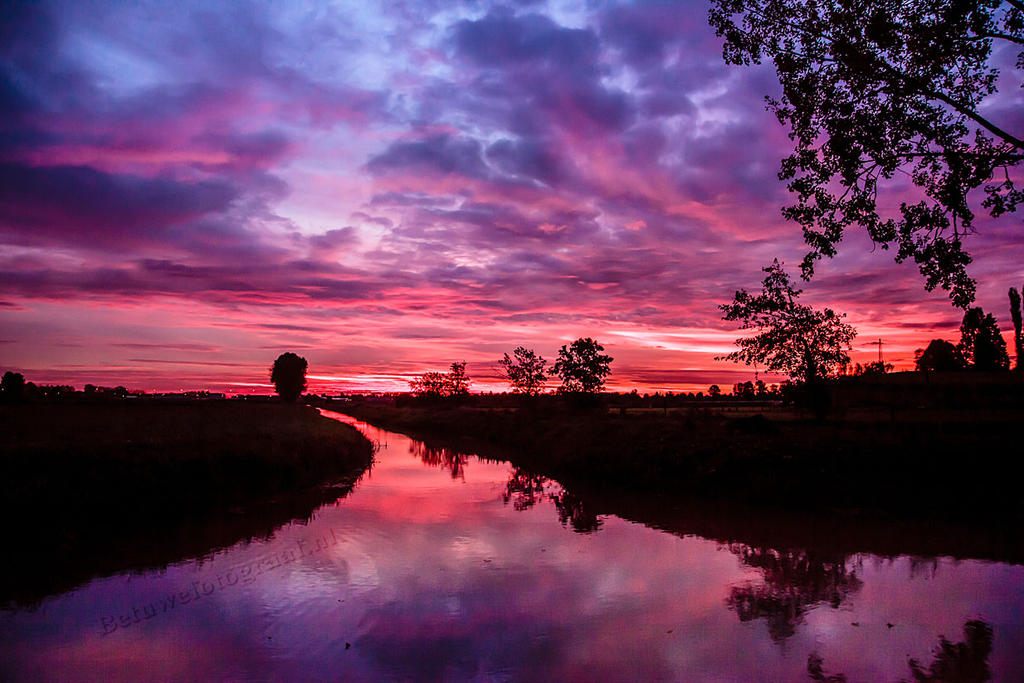 Burning sunrise in Holland by Betuwefotograaf