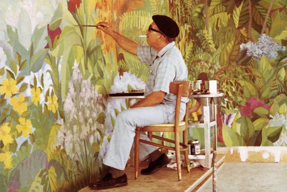 Rafael Ríos Rey pintando un mural.