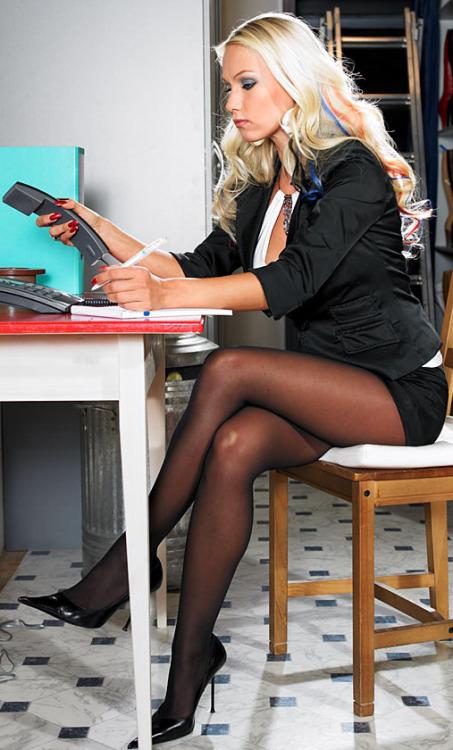 секретарши в чёрных чулках фото