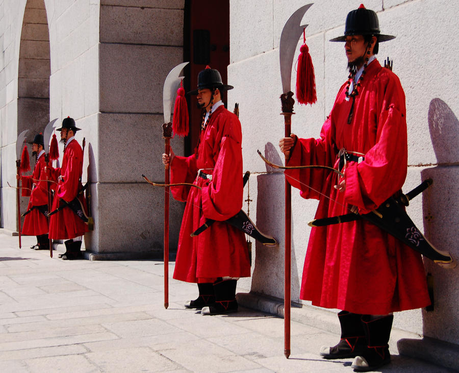 Poze nemaipomenite din Coreea Gyeongbokgung_Guards_by_Nomadic32