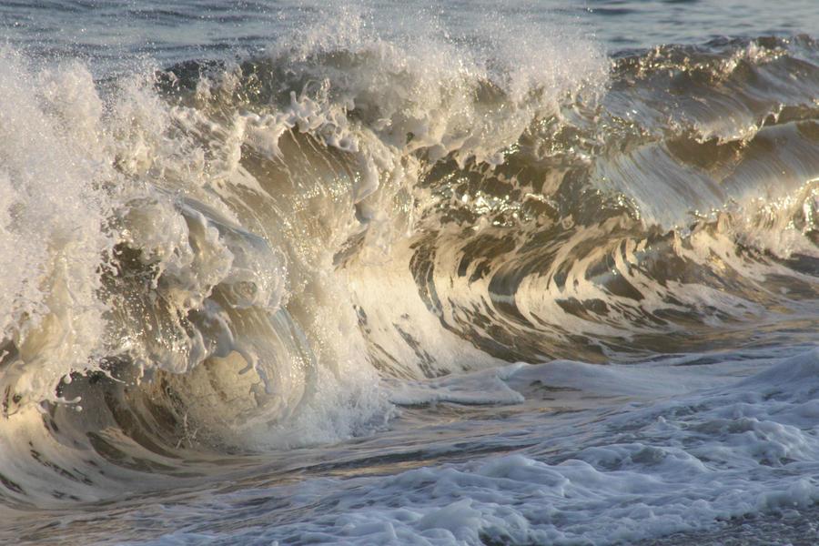 Waves Crashing by lighting-guy