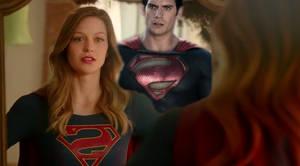 Supergirl se regarde dans le mirroir