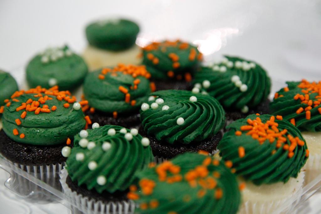 CAVE deviantMEET Cupcakes by madizzlee