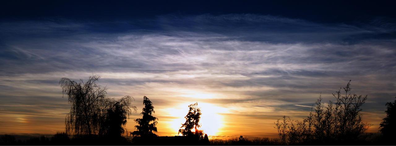 11th January sky 2013 - sundog by Xaeyu