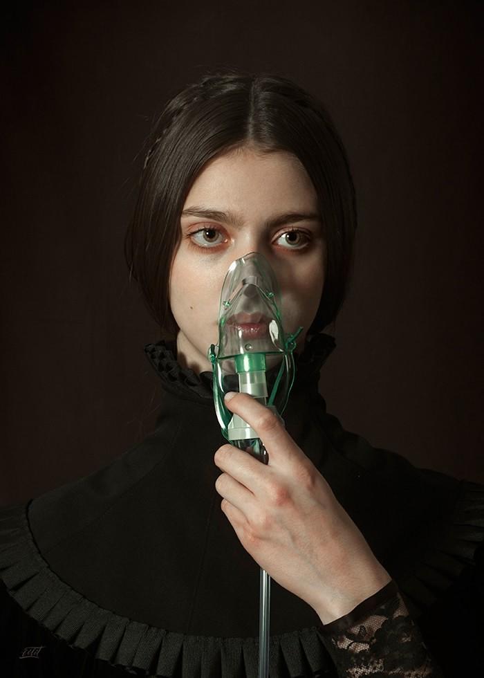 تابلو عکس، خانم متشخص و ماسک اکسیژن