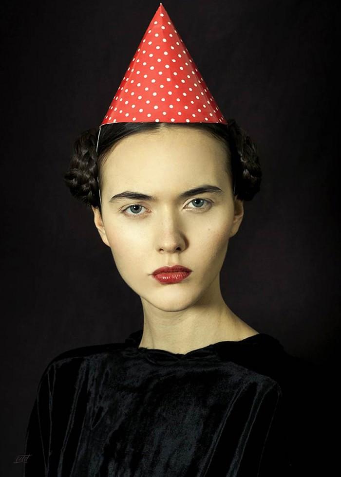 تابلو عکس، خانم متشخص و کلاه بوقی جشن تولد