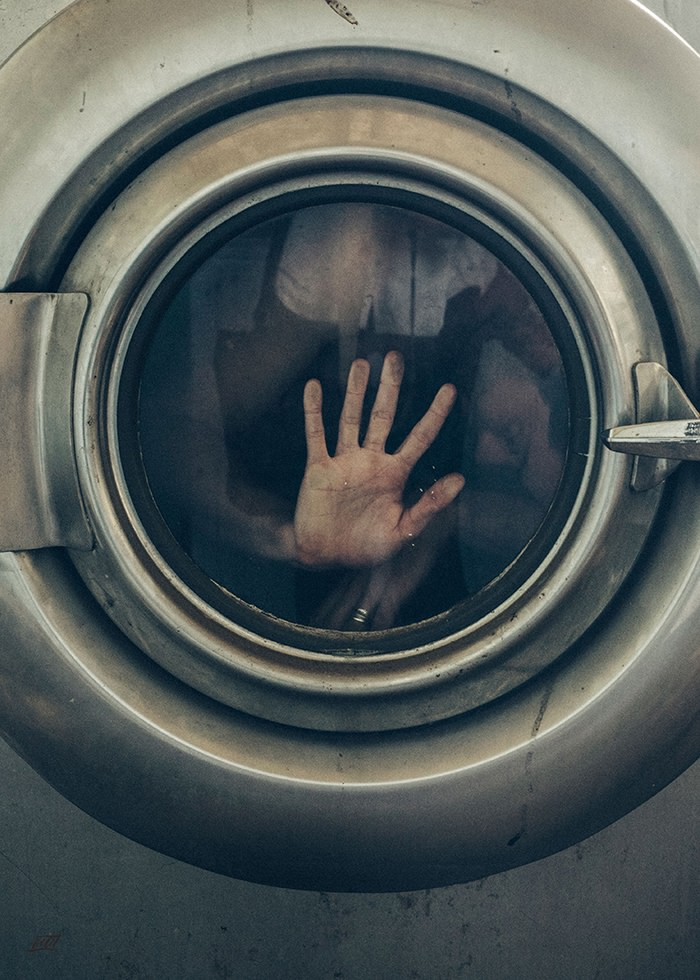 تابلو عکس، بیگانه ای اسیر محفظه لباسشویی
