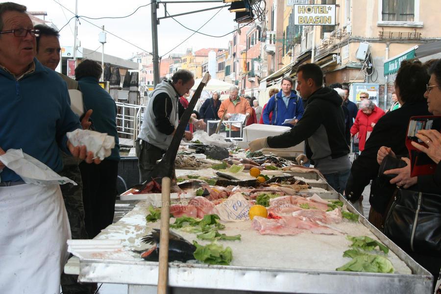 Venetian fish market 1 by taraozella