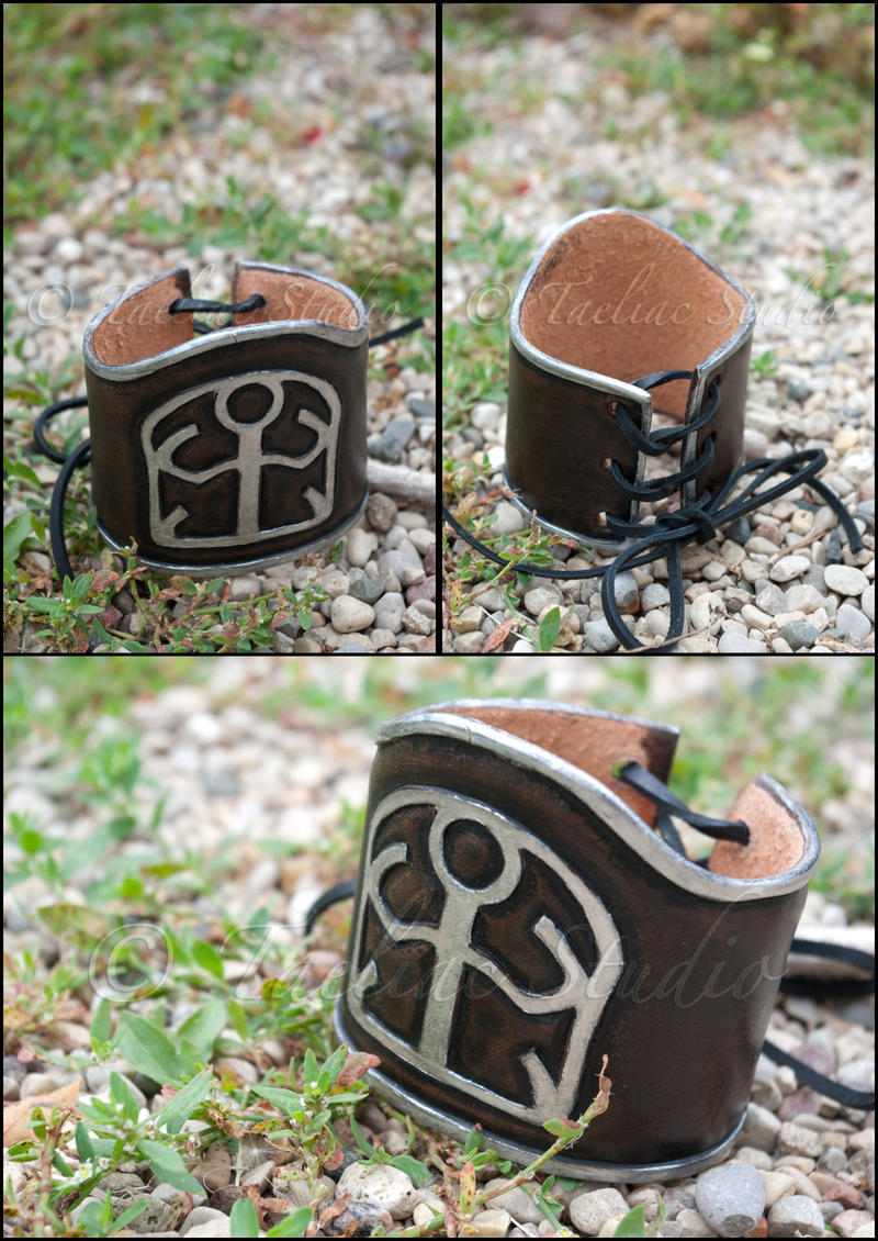 SOLDIER 1st Class cuff by taeliac