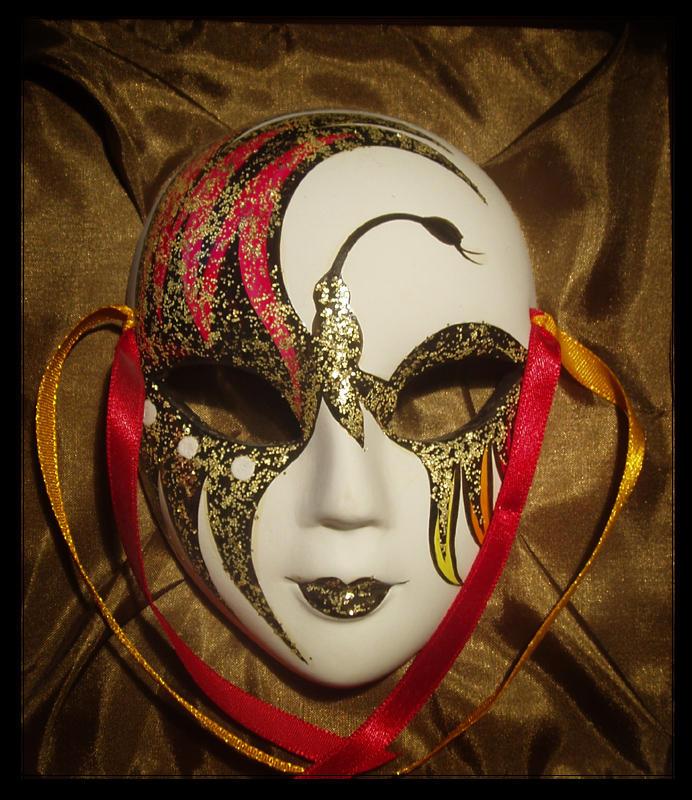 """Summer Night пишет: Держи  """"золотой """" плеер. eshly cullen19 пишет: а я хочу..... маску.  Хочу топ с открытым плечом."""