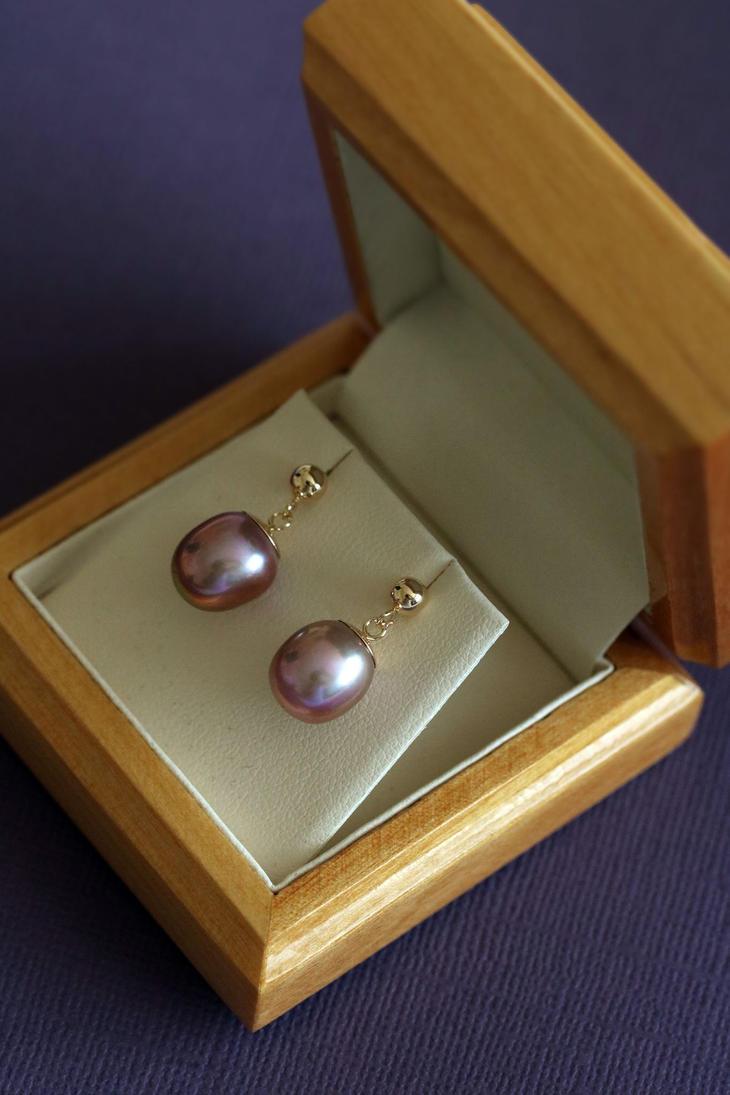 9ct Purple Pearl Earrings by Sarahorsomeone