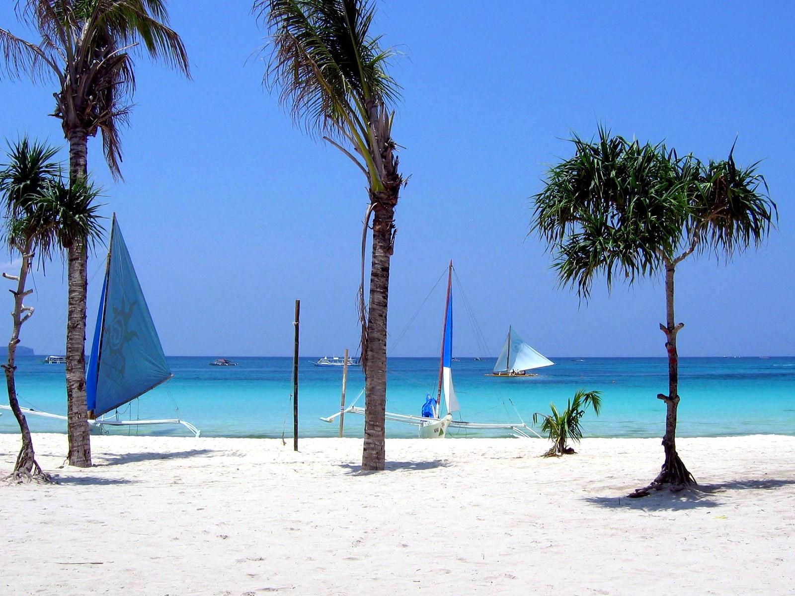 Katameran on the beach by puddlz