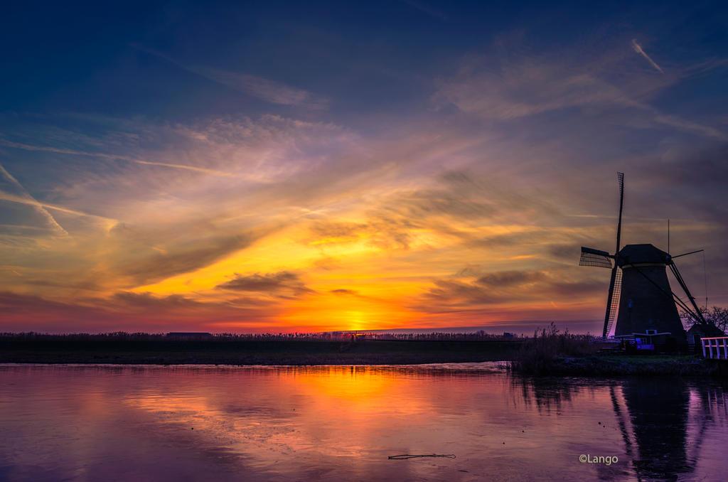 The winter sun Kinderdijk by Lango77