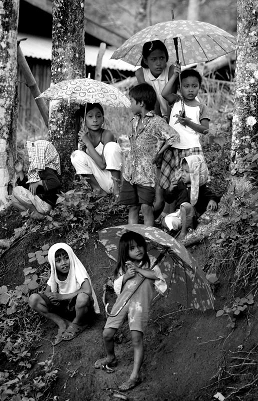 Kisobrani - Page 2 Kids_and_Umbrellas_by_hersley