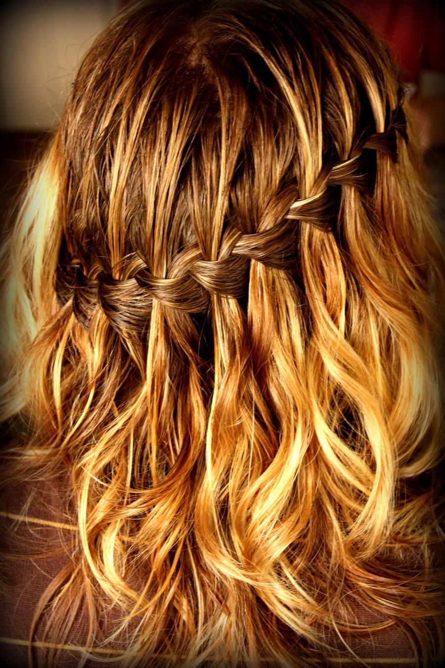 Прически на волосы средней длины водопад