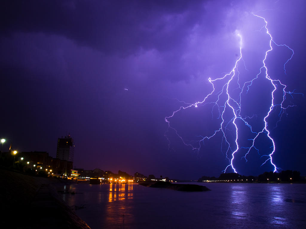 Lightning by quaoarus