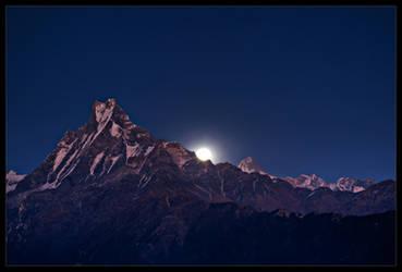 Moonrise over Machapuchari by didumdidum