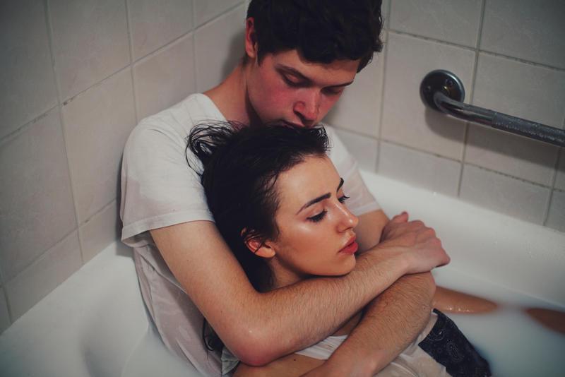 парень и девушка в ванной фото открыл