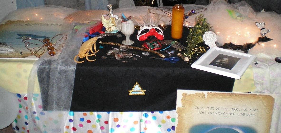 SHWC2006: Closeup of Air altar by steward