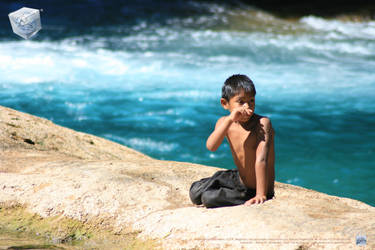 Kid has fun in Agua Azul by aladecuervo