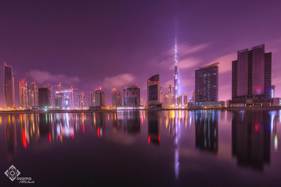 صورة خلفية من دبي الساحرة ليلاً