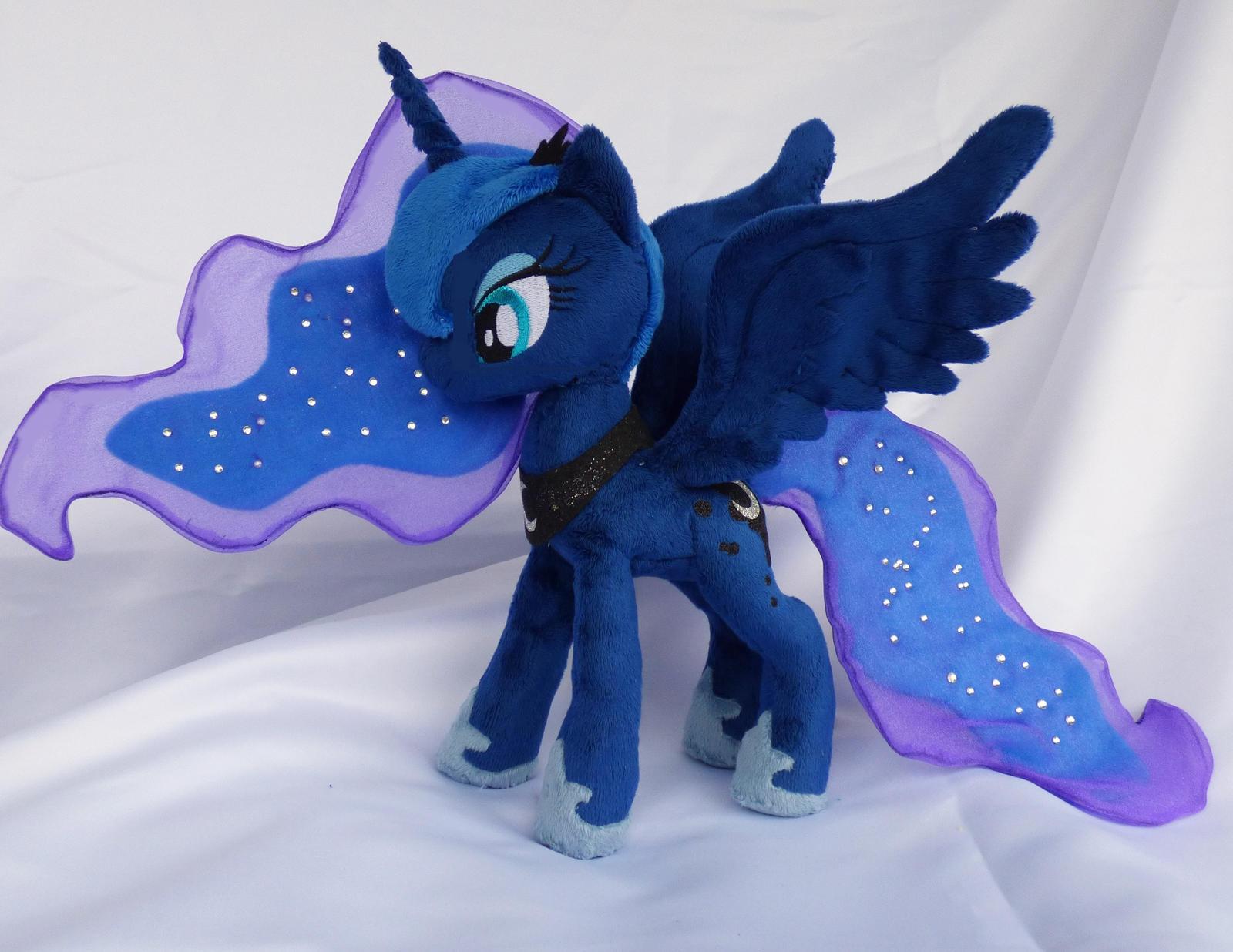 Fully poseable princess Luna