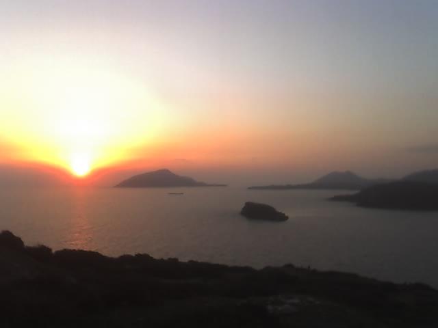 Les photos de Layla Island_and_Sun_in_Sounion_by_Polgyra