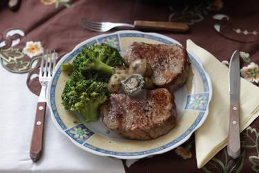 Tenderloin steak, broccoli, mushrooms
