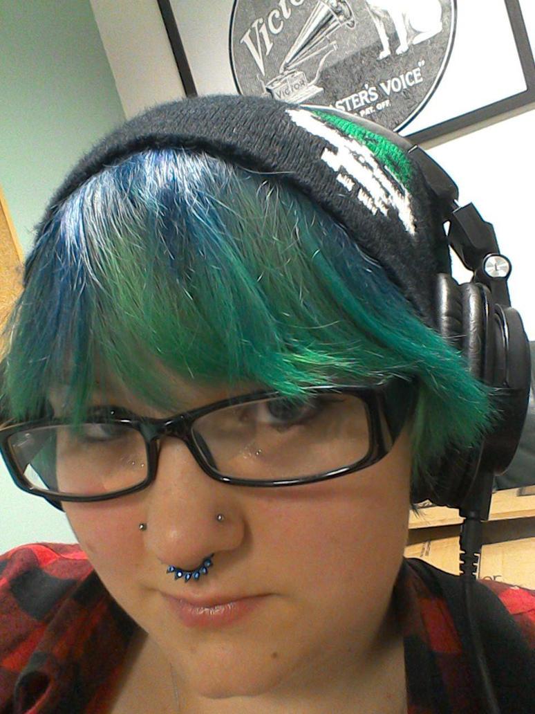 Green/blue hair and headphones by Drinya
