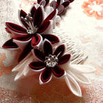Red and white dahlia kanzashi