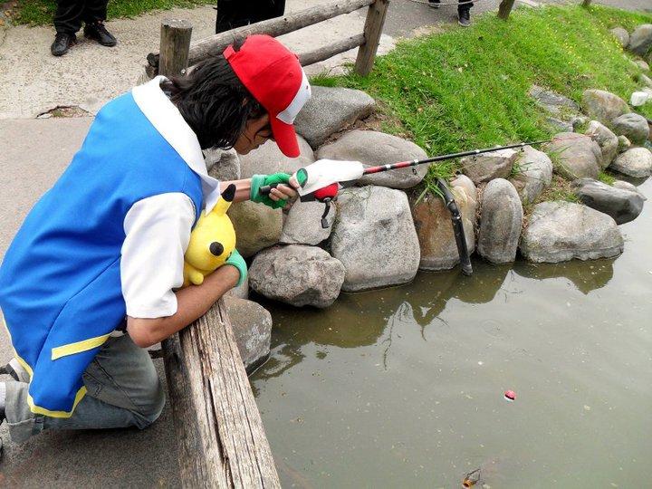 Cosplay Ash Ketchum pesca pokemon con la super rod by DanielRodriguezRuiz