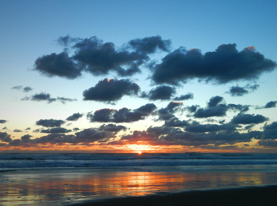 An evening at Piha by TheRedRussian