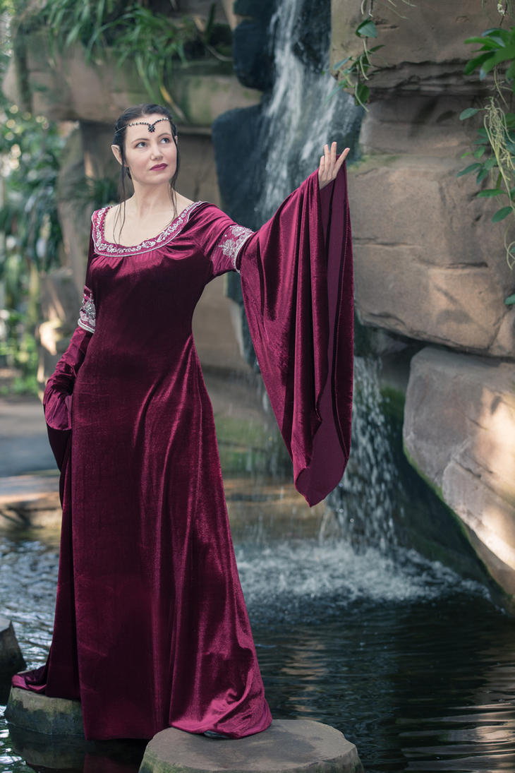Arwen Cranberry Dress by Gewandfantasien