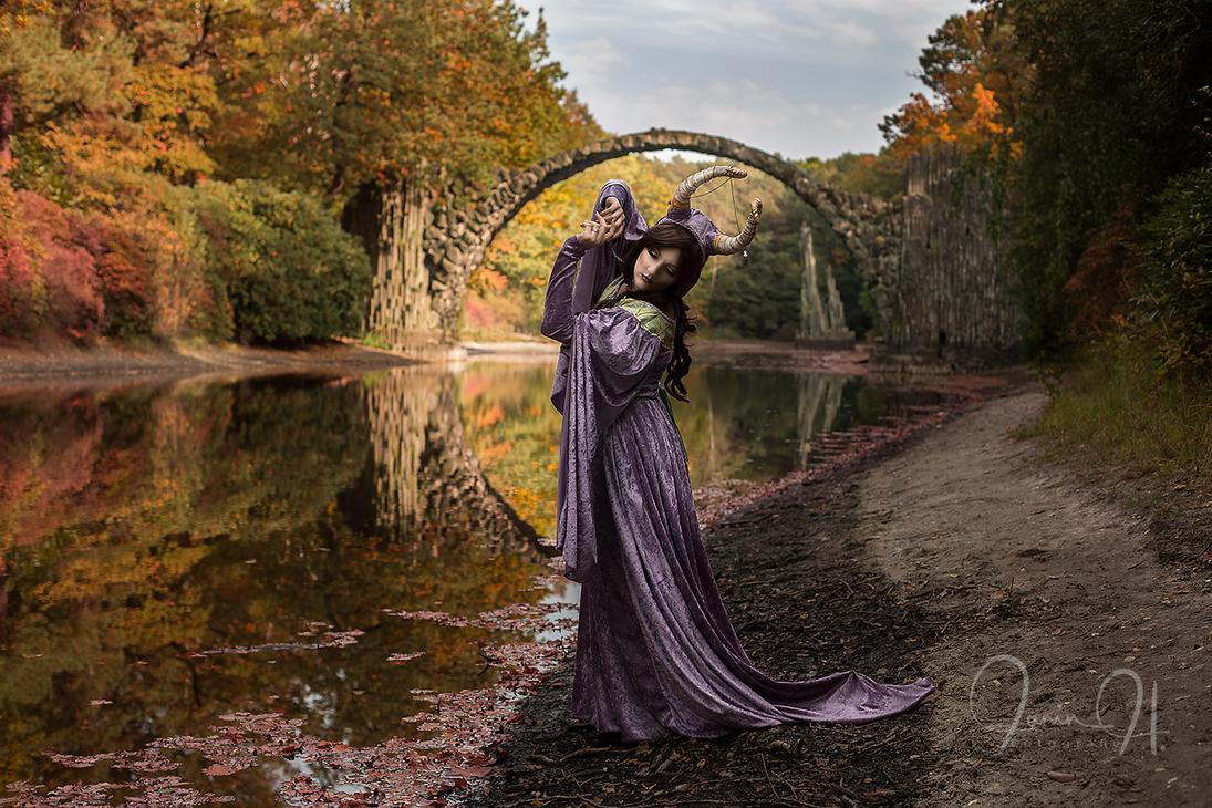 Crescent Moon by Gewandfantasien