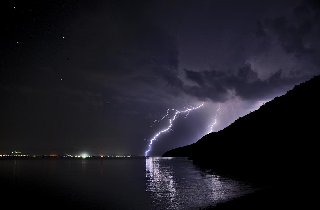 lightning in greece by celikoglu