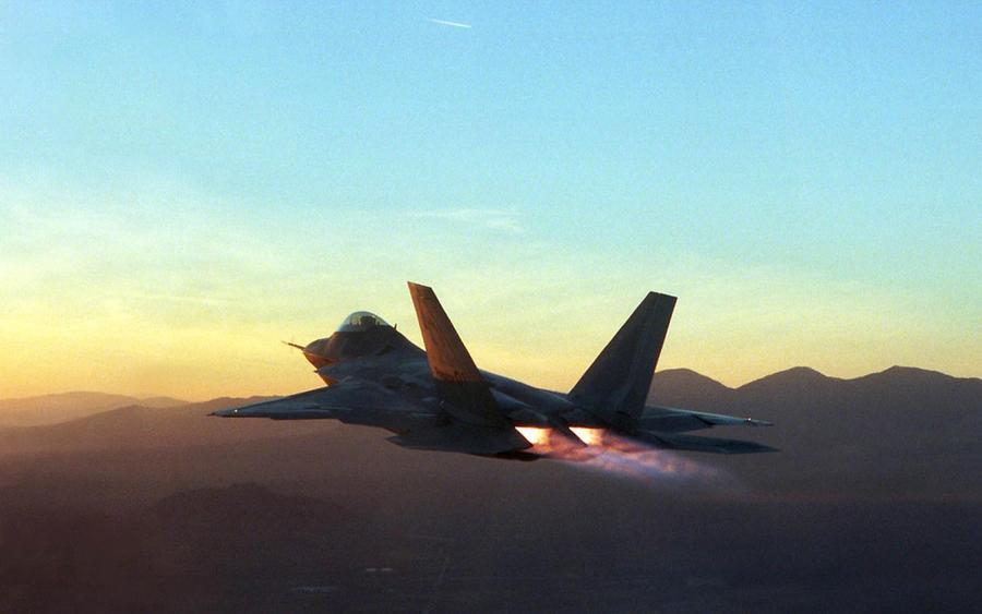 F-22 Raptor afterburning by gandiusz