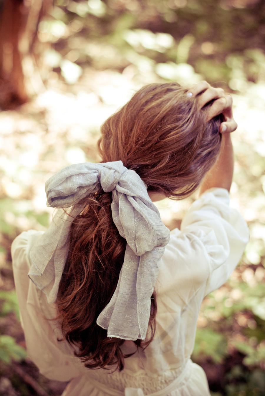 Девушка на фото со спины без лица