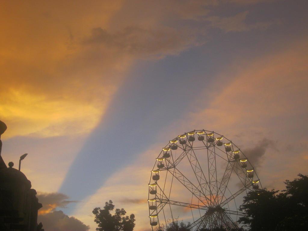 Ferris Wheel by imatrashcan2