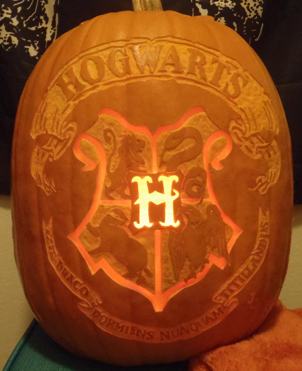 Hogwarts Crest Pumpkin Light by johwee