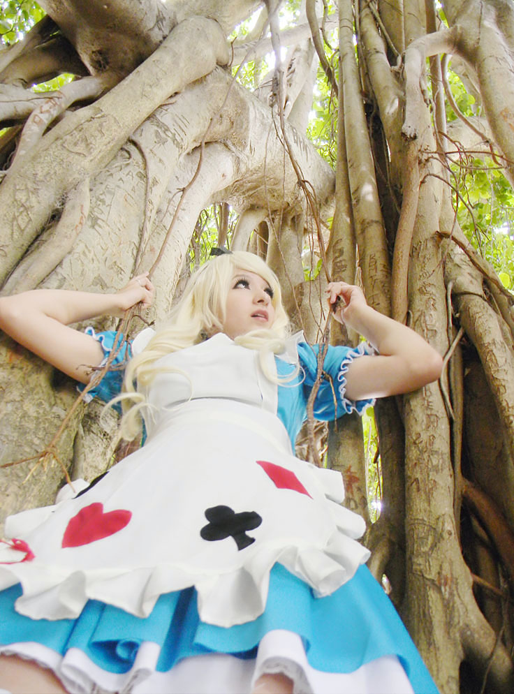 Alice in Wonderland - Tree Attack by usagiyuu