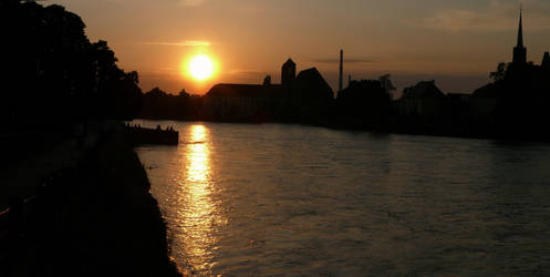 Sun setting by the Odra river in Wroclaw by wesoly-romek