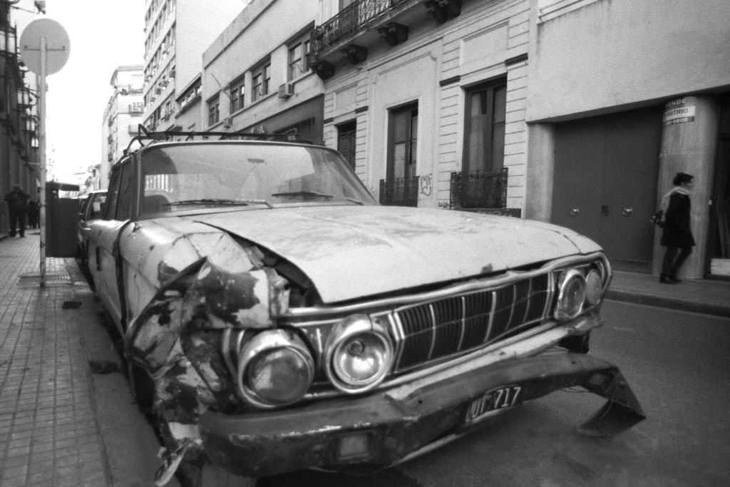 A (crashed) Classic Car in San Telmo by ItineresAlexandris